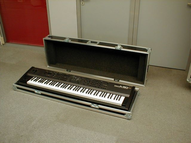 Instrument ( Synthesizer ) in flight-case, JPEMBALL